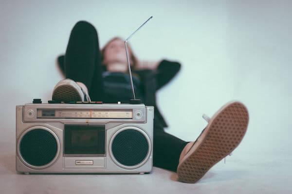 Eine Person hört laut Musik