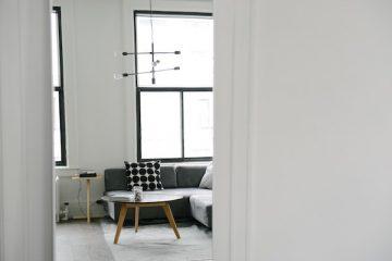Einblick in ein Wohnzimmer bei einer Wohnungsbesichtigung