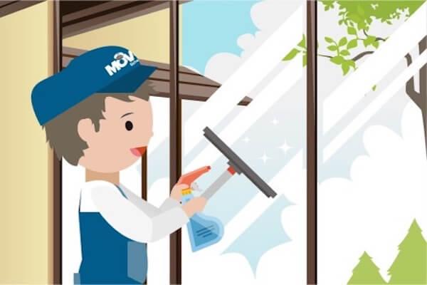 Eine Person ist die Fenster am reinigen