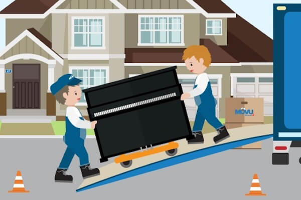Zwei Männer transportieren ein Klavier in den Umzugswagen