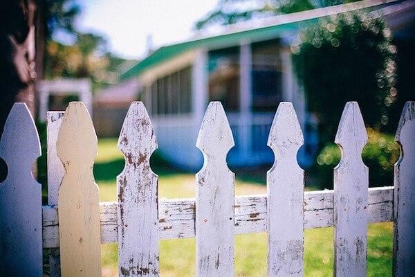 Zaun bei Nachbarn