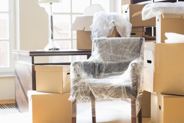 Möbel die verpackt sind zur Lagerung