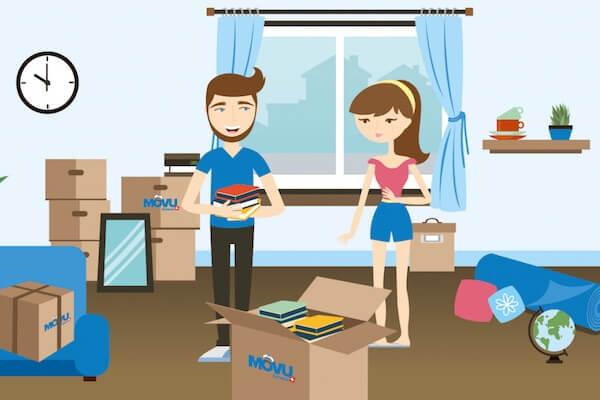 Zwei Personen packen Umzugskisten