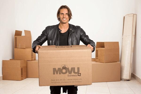 Yann Sommer hält MOVU Umzugskiste