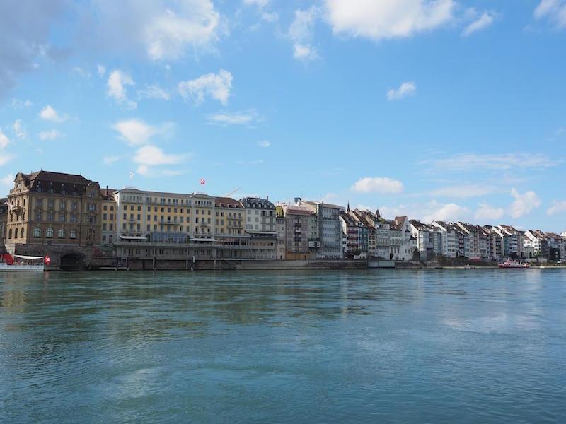 Auf dem Bild ist Basel direkt am Rhein gelegen zu sehen