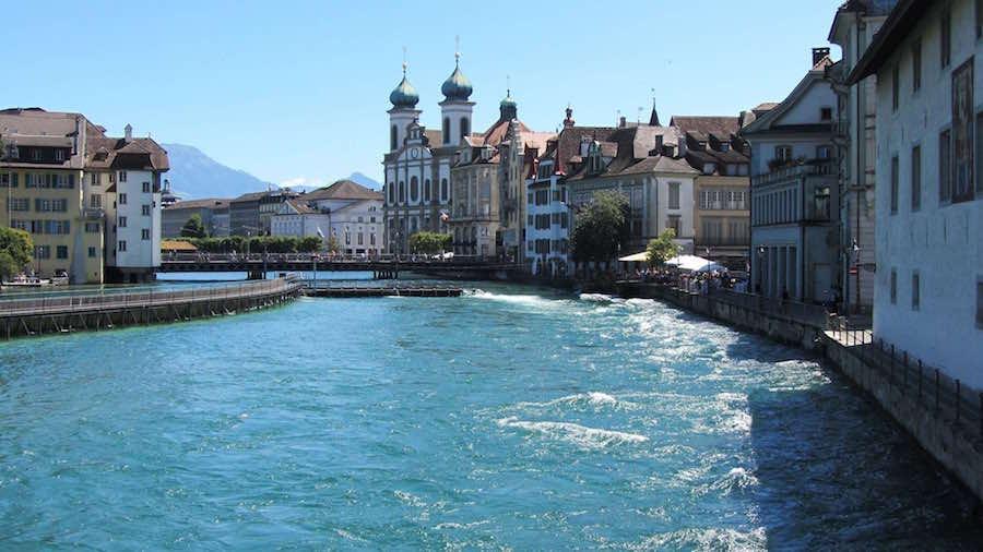 Wunderschöner Blick auf die saubere Stadt und die direkt am Fluss gelegenen Häuser