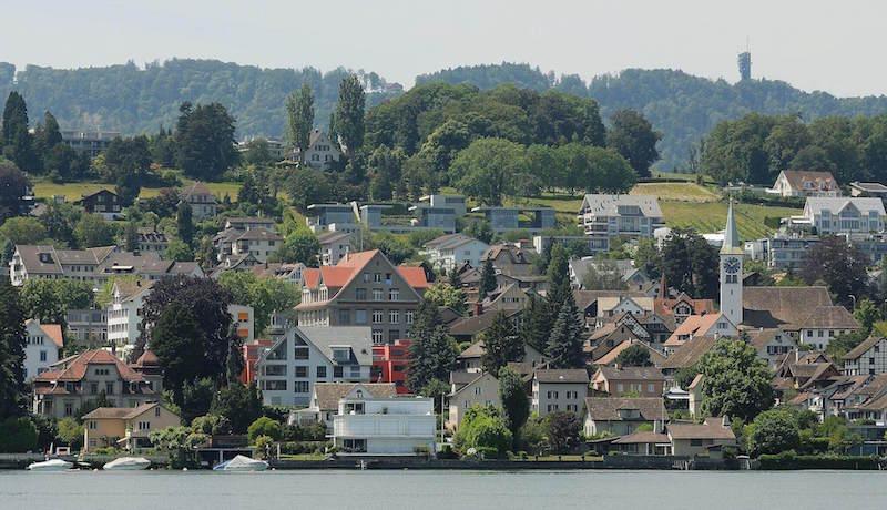 Das Bild zeigt den Blick vom Zürichsee auf Rüschlikon