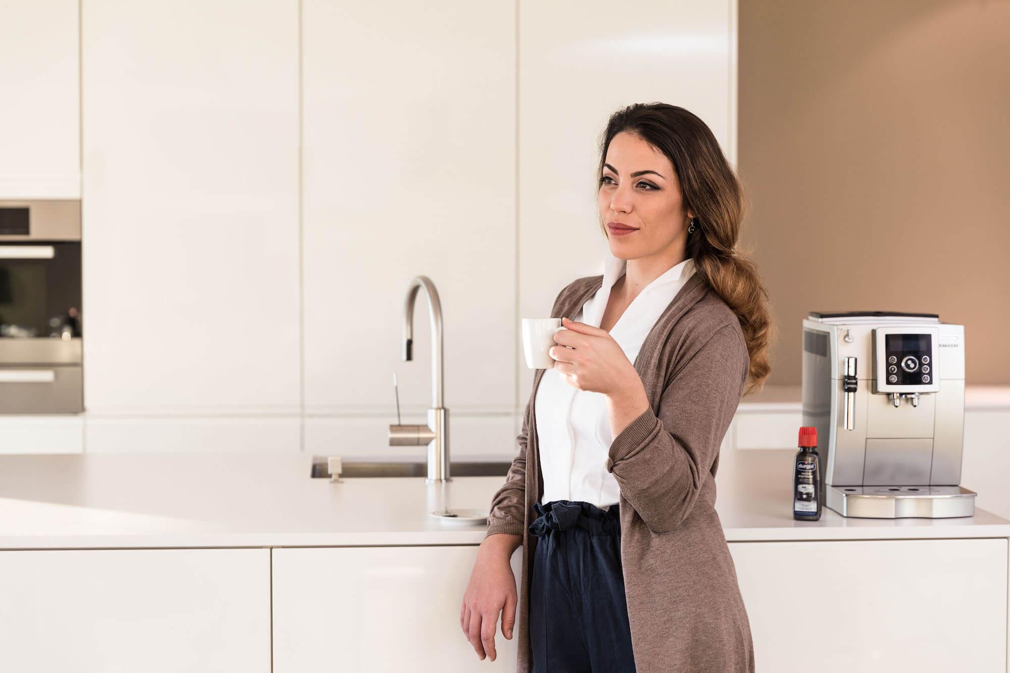 Frau die einen Kaffee geniesst