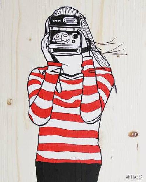 Bild von Frau mit Polaroidkamera und gestreiftem roten Pullover