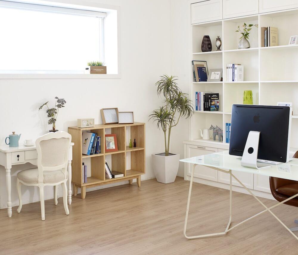 Kleines Zimmer mit schlanken Möbeln und Schreibtisch