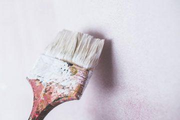 Pinsel streicht weisse Wand rosa