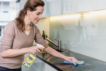 Eine Frau putzt ihre Küche mit durgol