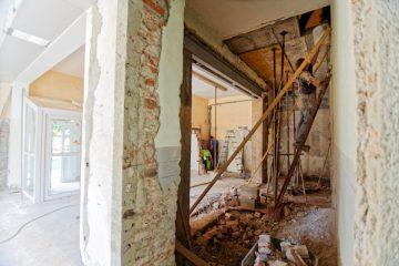 Ein Handwerker renoviert eine Mietwohnung bei einem Umbau