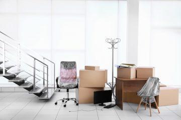 Eingepackte Büromöbel bei einem Firmenumzug