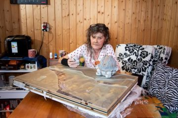 Mme Amstad devant ses meubles détruits.