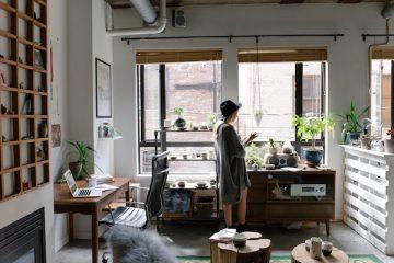 Eine junge Frau beantragt in ihrer Mietwohnung eine Mietzinssenkung