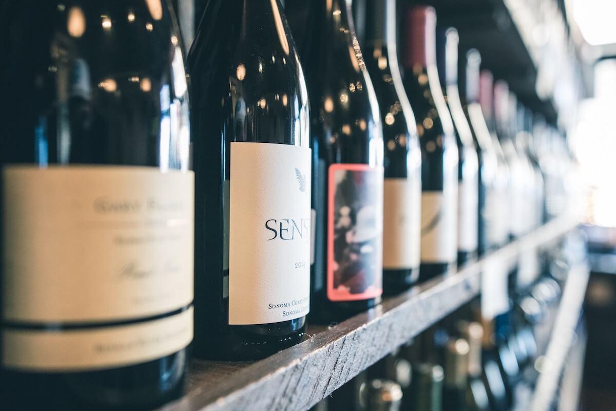 Weinflaschen im Weinkeller