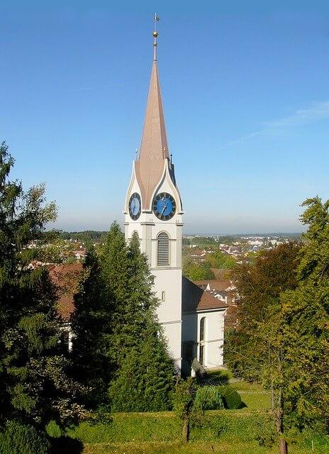 Kirche in Uster während der Sommerzeit aufgenommen.
