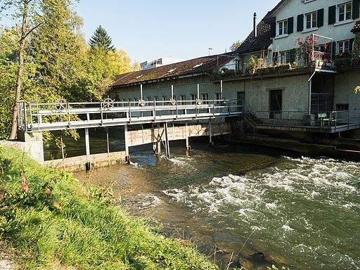 Stauwehr in Dübendorf mit fliessendem Wasser.