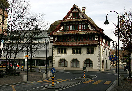 Das Rathaus in Baar aus frontaler Sicht.