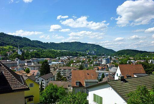Adliswil mit Blick auf den Berg Üetliberg.