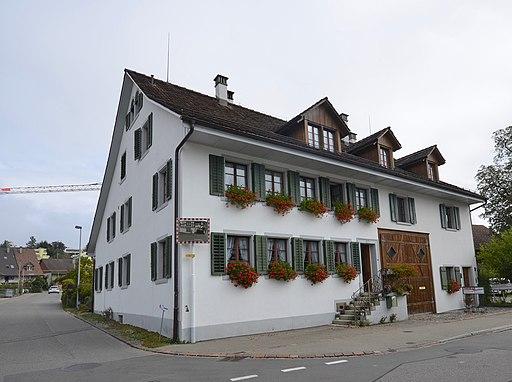Blick auf ehemaliges Bauernhaus in Volketswil.