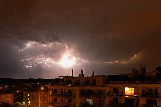 Bild von einem Gewitter mit Blitzen mit Sicht auf Regensdorf.