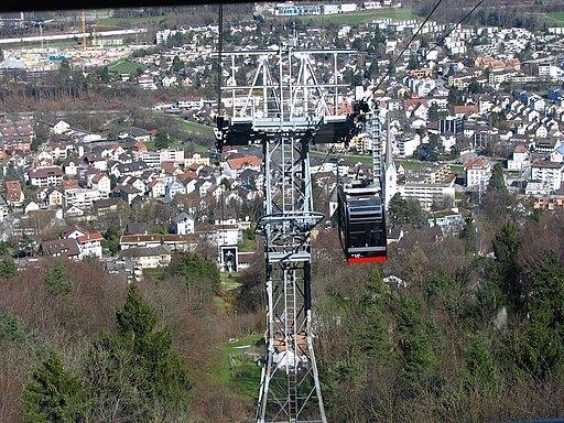 Blick wie Luftseilbahn vom Felsenegg in Richtung Adsliswil fährt.