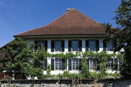 Blick auf ein Pfarrhaus in Steffisburg. Pfarrhaus neben der Dorfkirche.