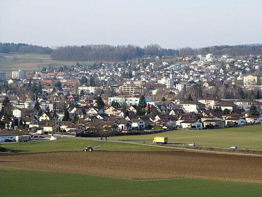 Sicht auf Wohlen von Süden her. Man sieht sehr schön die Landschaft und noch die Wohnhäuser.
