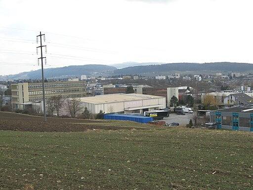 Blick auf die Gewerbe- und Industriezone Rigacker in Wohlen im Kanton Aargau.