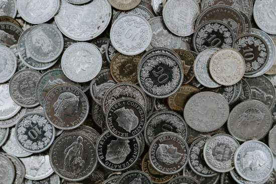 Viele Schweizer Münzen auf einmal.