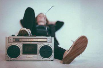 Une personne écoute de la musique à un niveau élevé.