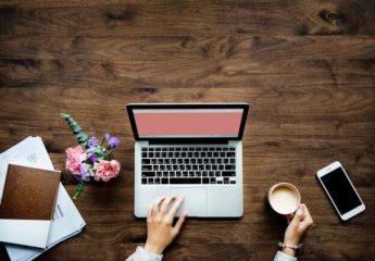 Une femme écrit la lettre de résiliation sur son ordinateur portable