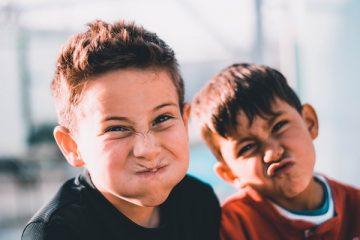 Zwei Jungen verziehen ihr Gesicht für ein Foto