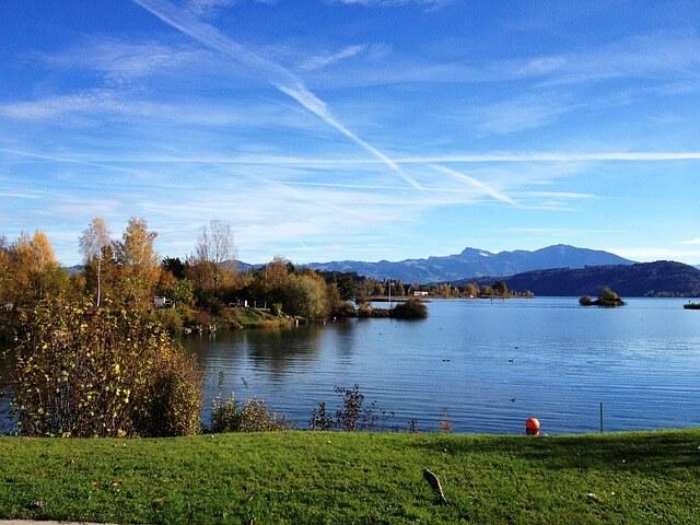 Le lac de Zurich vu de Rapperswil par une journée ensoleillée.