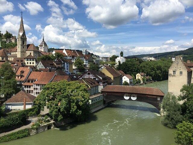 Baden : Vue de la Limmat et d'un pont.