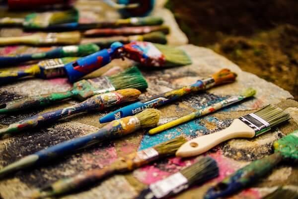 pinceau avec de la peinture sur une table