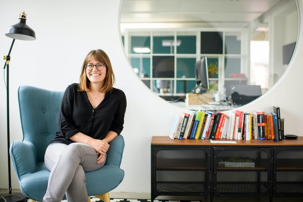 The new CEO of MOVU Simone Kühn sitting on a chair.