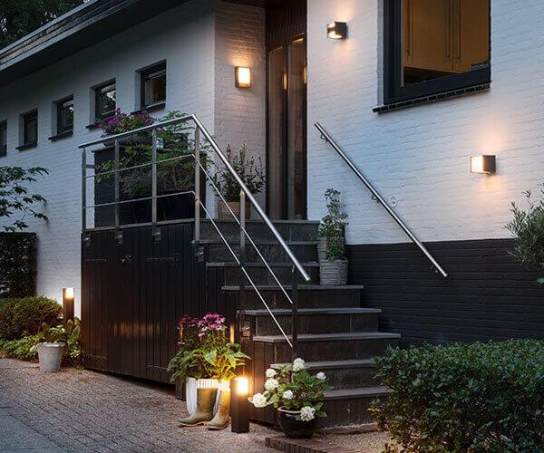Hauseingang mit Wandleuchten und Dekoleuchten.