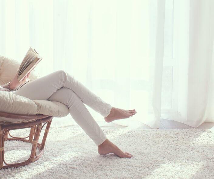 Sitzende Person mit überschlagenen Beinen.
