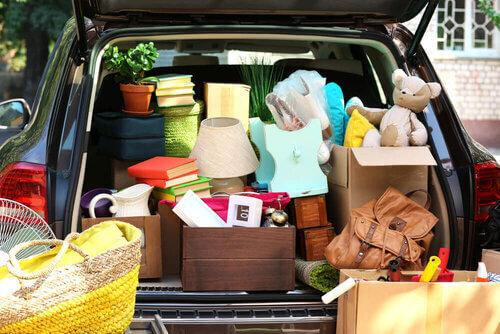 Déménager soi-même : Voiture remplie de biens meubles
