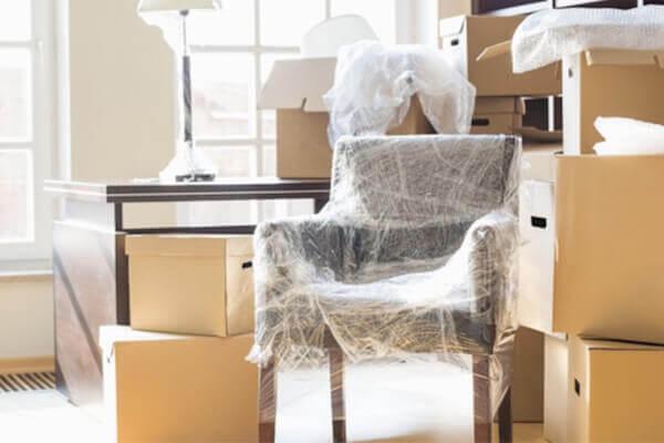 Les meubles qui sont emballés pour le stockage