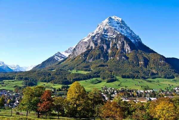 Sicht auf vorder Glärnisch der prägende Gebirgsstock des vorderen Glarnerlandes im Kanton Glarus.