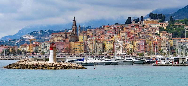 Blick auf die französische Gemeinde Menton. Man sieht auch ein Teil der Côte d'Azur.