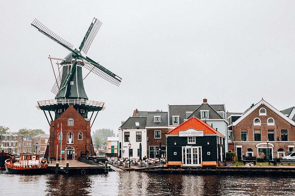 Bild auf einen See und Häuser in Holland.